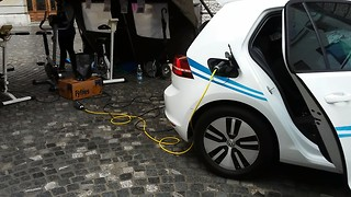 Electric VW, E-Golf charged on three bicycles - Video