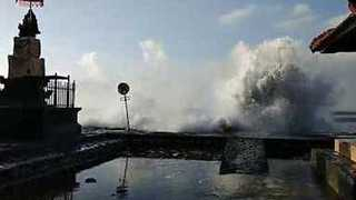 Large Waves Hit Bali Beaches, Flooding Nearby Streets - Video