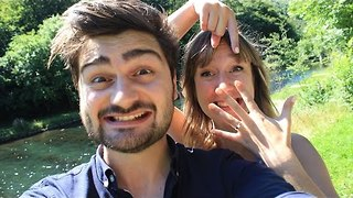 Man Brilliantly Proposes to Girlfriend at the end of Imaginative Treasure Hunt - Video