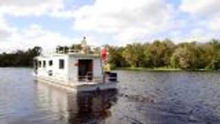 Renting a Houseboat For Your Vacation - Video