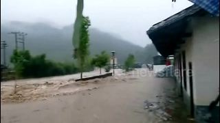 Powerful rainstorm floods the city of Longyan in China - Video