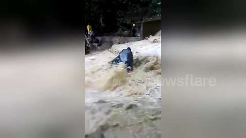 Floodwaters almost sweep biker off cliff in Honduras