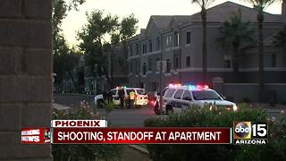 Barricade standoff in Phoenix after man shoots woman - Video
