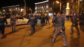 Police attack protester's car in Yerevan clashes - Video