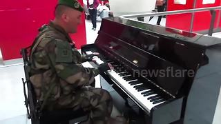 French soldier sings and plays piano at Paris train station - Video