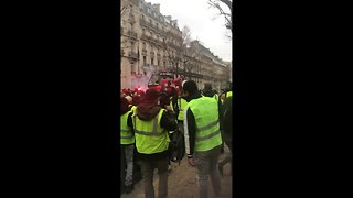 "Extraordinary scenes: ""yellow vest"" protesters steal crane"