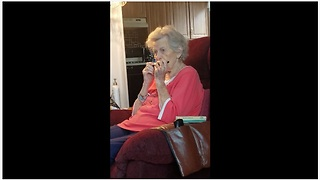 Grandma with Alzheimer's can still play the harmonica - Video