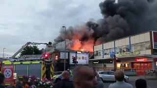 Huge fire breaks out in Poundland store in London - Video