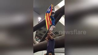 Little girl climbs on top of human tower to unfurl Catalan pro-Independence flag - Video