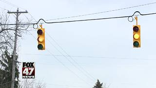 Traffic light at busy intersection finally turned on - Video