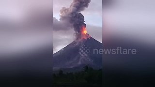 Philippine volcano spews lava - Video