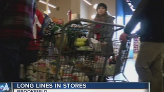 Shoppers pack grocery store in preparation for snow storm - Video