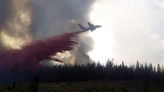 Firefighting Plane Drops Retardant on Keystone Fire - Video
