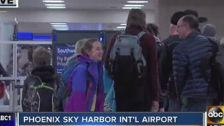 Travelers making their way back to Sky Harbor Monday morning to return home - Video