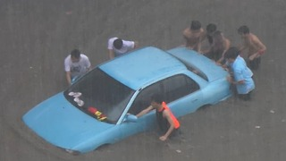 Floodwaters in Cagayan de Oro Swamps Cars, Forcing Drivers to Push Their Vehicles - Video