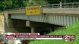 18-Wheeler strikes overpass on Crosstown Expy. - Video