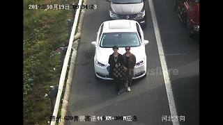 Women use bodies to cover car licence plates from CCTV - Video