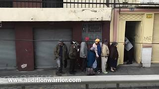 Generous man helps feed the poor in South America - Video