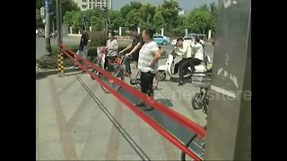 Automatic barrier for pedestrians trialled in China - Video