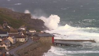 Huge waves pound UK's Cornwal - Video
