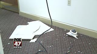 Lansing police investigate early morning vandalism at apartment building - Video