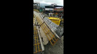 Truck destroys pedestrian bridge on highway near Bogota - Video