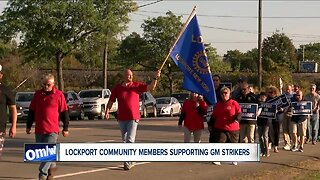 Lockport community members supporting GM strikers