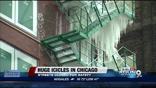 Threat of falling ice shuts down Chicago street - Video