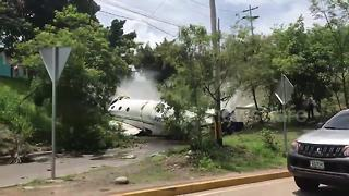 Smoking wreckage of plane crash seen on Honduras street - Video