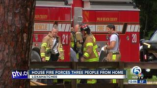 Loxahatchee house fire displaces 3 people - Video