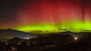 'Perfect' Weather Conditions Allow Southern Lights to Stun Stargazers - Video