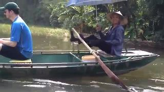 Tour guide in Vietnam incredibly rows boat with his feet - Video