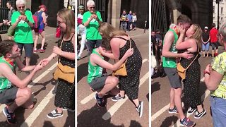 Romantic Marathon Runner Proposes To His Girlfriend On The Finish Line - Video