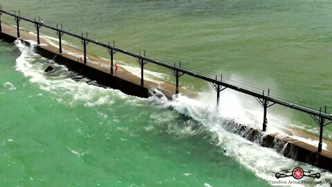 Massive waves nearly sweep kids off lighthouse pier