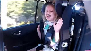 Kid goes crazy when her dad sings Kelly Clarkson