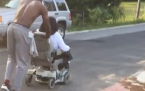 Kind Stranger Pushes Woman Home After Her Electric Wheelchair Breaks Down - Video
