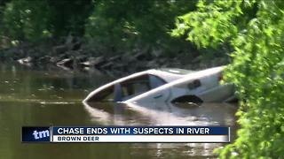 Police chase robbery suspects into Milwaukee River - Video