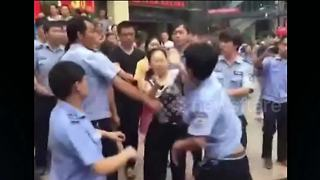 Street vendors fight with with local officials - Video