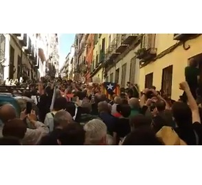 Protesters Sing and Raise Their Fists in Support of Catalan Independence Referendum - Video