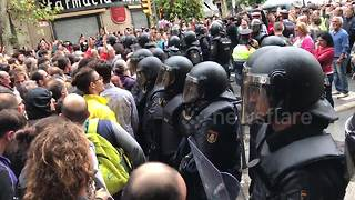 Tense standoff between riot police and Barcelona crowds - Video