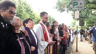 Clergy Members Heckled as They Pray in Charlottesville - Video