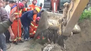 Firemen dig around well to rescue toddler trapped inside - Video