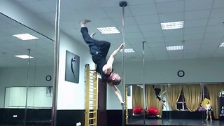 Den Romanov performs gravity-defying air walk - Video