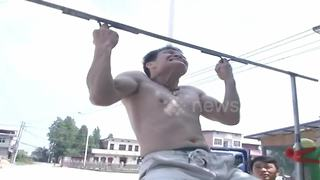Kung fu master does pull-ups with middle fingers - Video