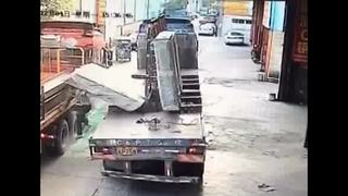 Huge blocks of glass fall from lorry, burying worker - Video