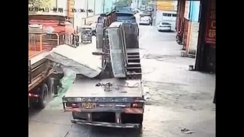 Huge blocks of glass fall from lorry, burying worker