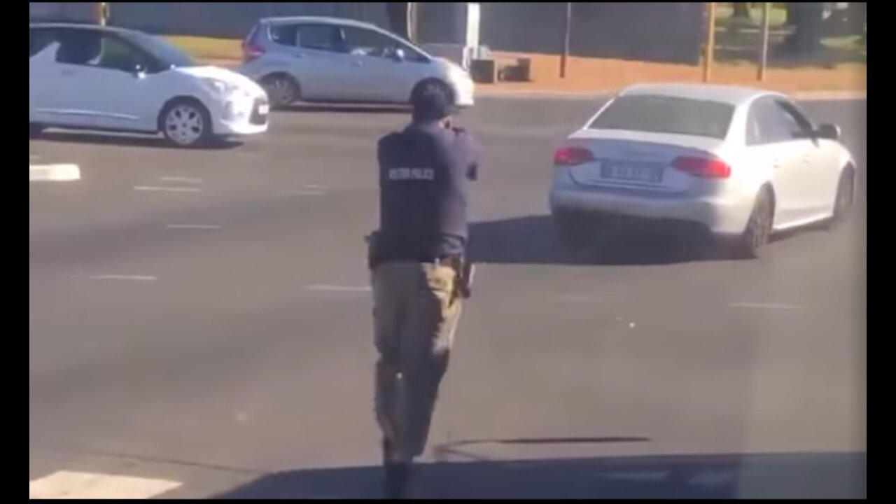 WATCH: Metro cops shoot at Cape driver attempting to evade them - IOL