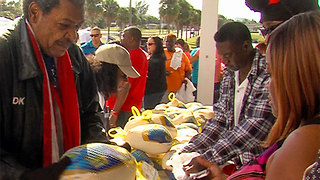 Boxing promoter Don King gives 1,000 turkeys to families in need - Video