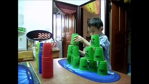 6-year-old's incredibly fast cup stack - Video