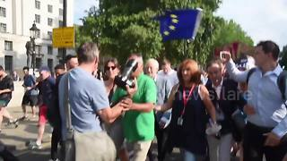 Jeremy Corbyn's team gets into confrontation with a photographer during anti-Trump rally - Video